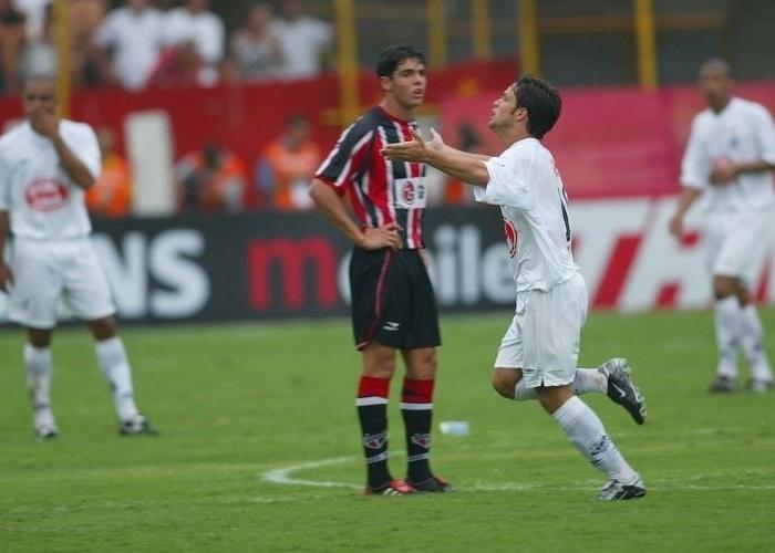 o-reves-para-o-santos-de-diego-no-brasileiro-de-2002-marcou-a-passagem-do-jogador-no-sao-paulo-1351622093745_700x500