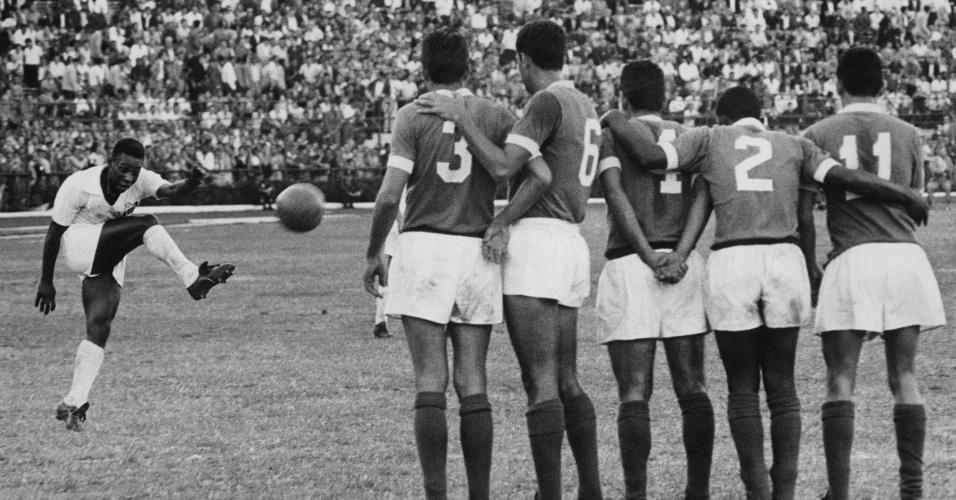 5dez2014---em-uma-grande-disputa-futebolistica-pela-taca-do-brasil-no-estadio-do-pacaembu-jogavam-santos-e-palmeiras-sob-o-comando-de-pele